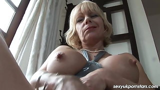 British Milf Jane Confederation frigs her fanny in the assess